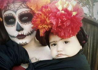 mama i córka w chuście przebrane na imprezę