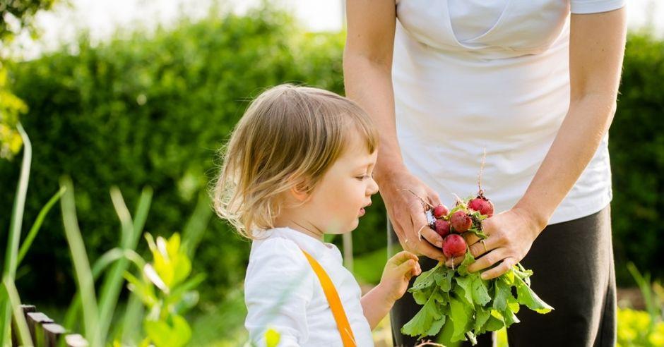 mama i dziecko w ogrodzie