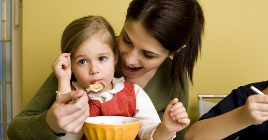 mama, jedzenie, maluch, dziecko, kuchnia