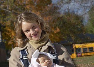 mama, jesień, niemowlę, spacer, nosidełko