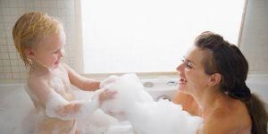 Mama kąpie się z synkiem w wannie