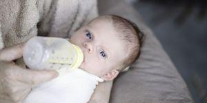 Mama karmi butelką niemowlę