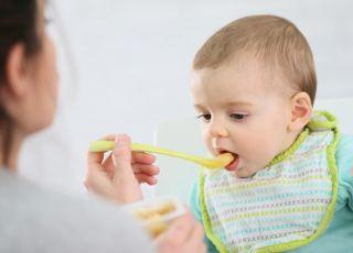 Mama karmi dziecko musem jabłkowym