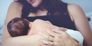 mama karmi dziecko pierwszy raz w domu