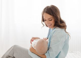 mama karmi piersią maluszka
