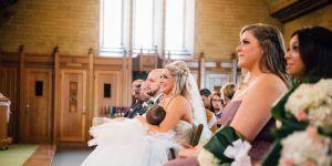 Mama karmi piersią w czasie własnego ślubu