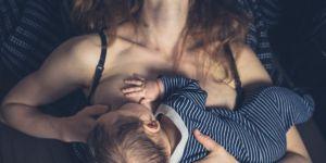Mama karmiąca piersią niemowlaka