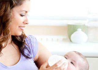 mama, karmienie butelką, niemowlę