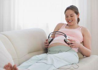 mama, kobieta, ciąża, brzuszek, relaks, muzyka, słuchawki