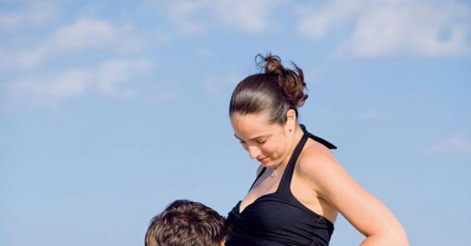 mama, kobieta, ciąża, tata, plaża, morze, całować, brzuszek