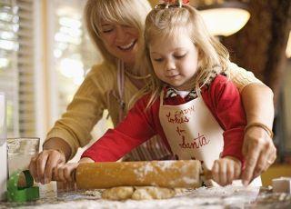 mama, maluch, dziewczynka, pomagać, ciasto, kuchnia