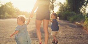 Mama na spacerze z dziećmi zdaje sobie sprawę z błędów, które kiedyś popełniała