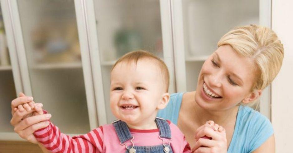 mama, niania, niemowlę, uśmiech, zabawa