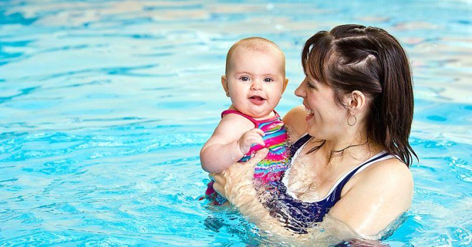 mama, niemowlę, basen