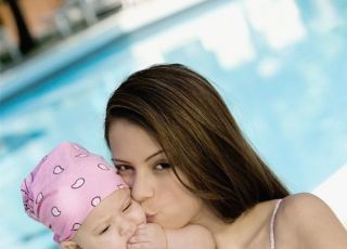mama, niemowlę, basen, całus