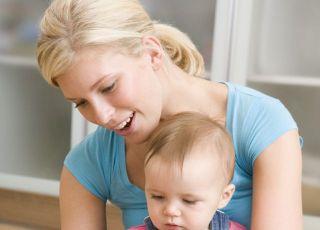 mama, niemowlę, buciki dziecięce