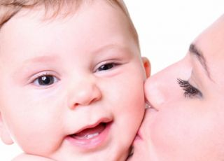 mama, niemowlę, całować
