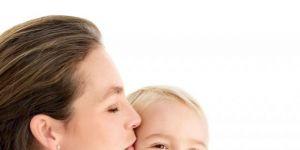 mama, niemowlę, całować, tulić