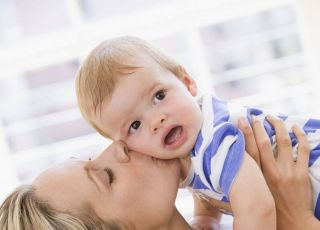 mama, niemowlę, całować, zabawa