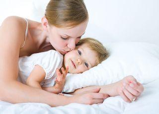 mama, niemowlę, całus, łóżko