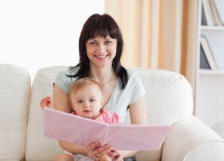 mama, niemowlę, czytanie