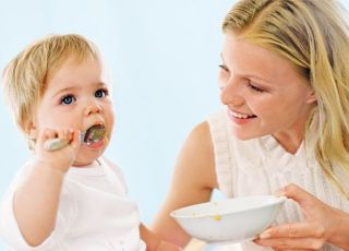 mama, niemowlę, jedzenie, karmienie, kuchnia, miseczka, łyżeczka, jeść