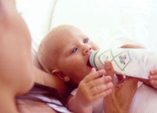 mama, niemowlę, karmienie butelką