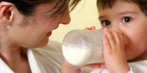 mama, niemowlę, karmienie butelką, butelka, mleko