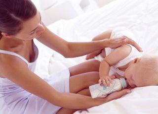 mama, niemowlę, karmienie butelką, łóżko, butelka, mleko