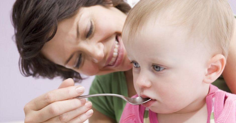 mama, niemowlę, lekarstwo, łyżeczka, witaminy