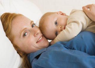 mama, niemowlę, leżeć, tulić