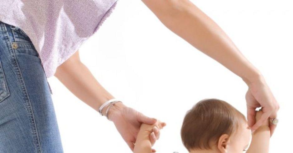mama, niemowlę, nauka chodzenia
