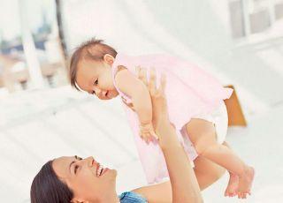 mama, niemowlę, podnoszenie niemowlaka, noszenie dziecka