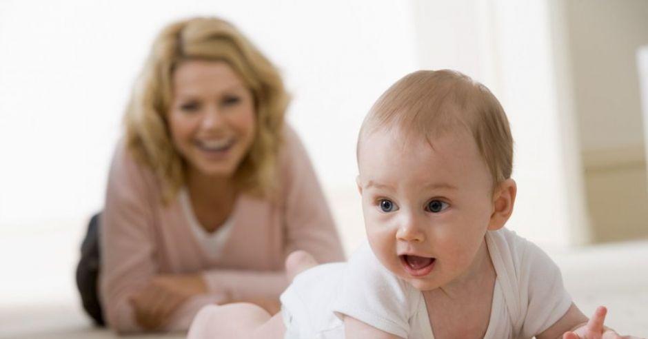 mama, niemowlę, raczkowanie