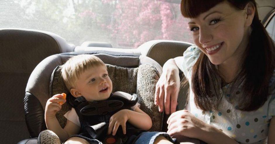 mama, niemowlę, samochód, fotelik