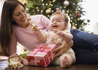 mama, niemowlę, święta, choinka, Boże Narodzenie, śmiech, prezent