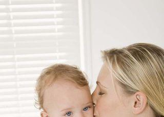 mama, niemowlę, tulić, całować