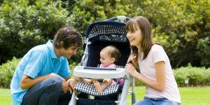 mama, niemowlę, wózek dziecięcy, rodzice, tata, trawa, lato