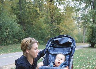 mama, niemowlę, wózek, spacer, jesień