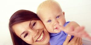 mama, niemowlę, zabawa, uśmiech
