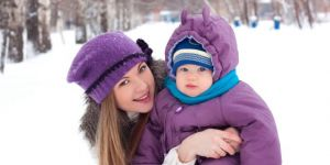 mama, niemowlę, zima, spacer