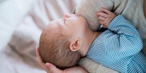 Mama nosi na rękach niemowlę