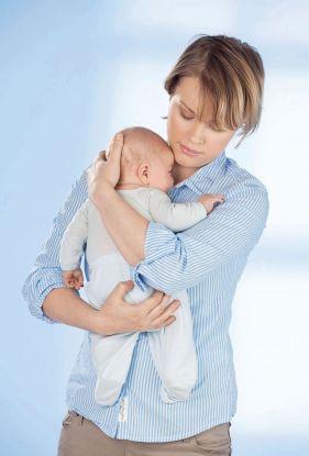 jak trzymać noworodka do odbicia sposób 1