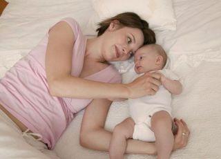 mama, noworodek, leżeć, tulić