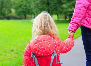 mama-odprowadza-dziecko-do-przedszkola