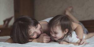 Mama patrzy na córeczkę i przypomina sobie swoje dzieciństwo
