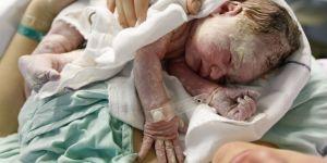 Mama pierwszy raz przytula nowo narodzone dziecko