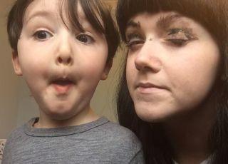 Mama pozwoliła synom zrobić sobie makijaż