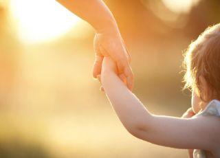 Mama prowadzi dziecko za rękę