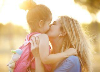 Mama przedszkolaka przytula dziecko